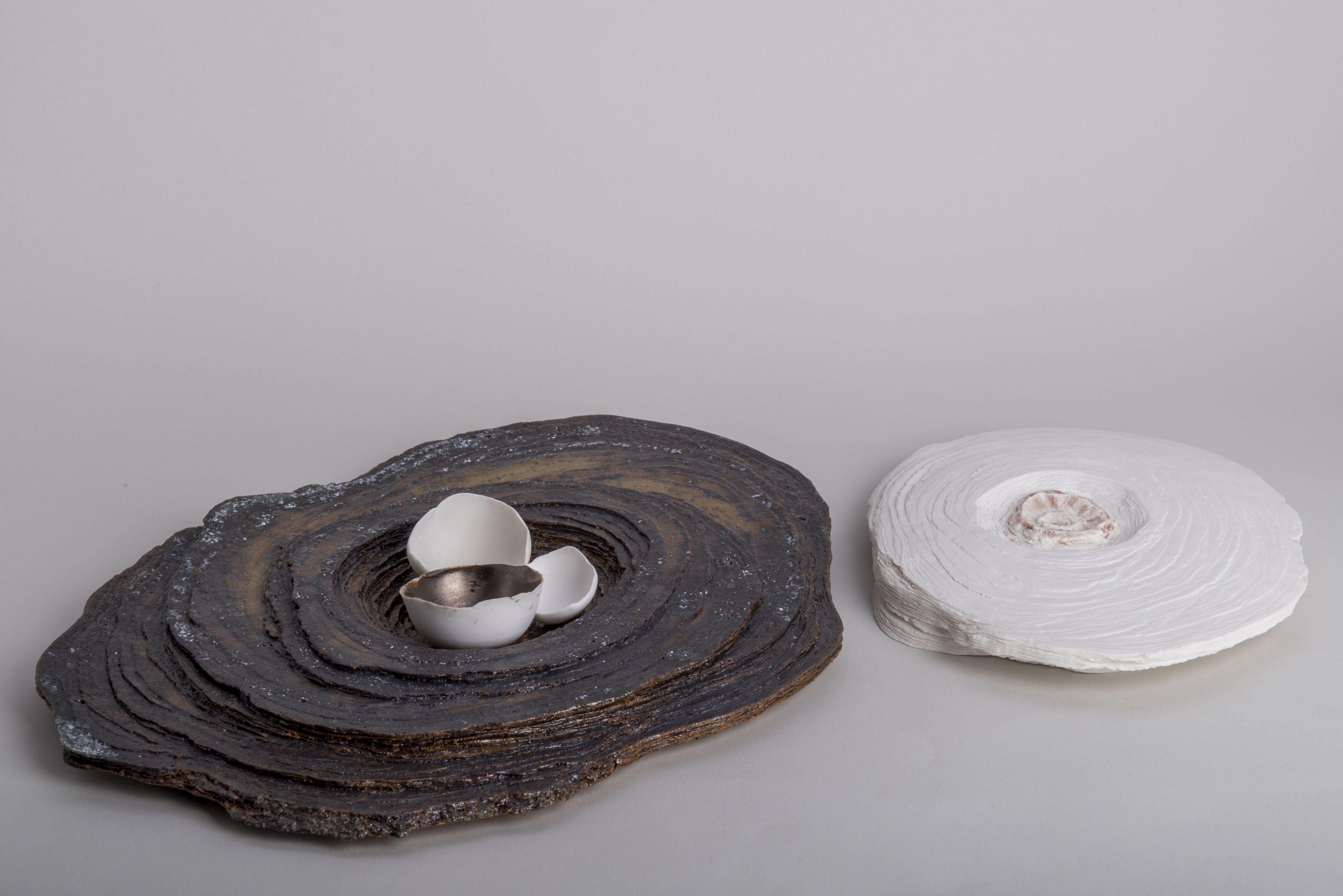 Annalia Amedeo, Memoria fossile # 3 Gres autosmaltante, porcellana, smalto oro (sin), Porcellana, sali metallici (dx); Cm 45x42x31,5; 2017