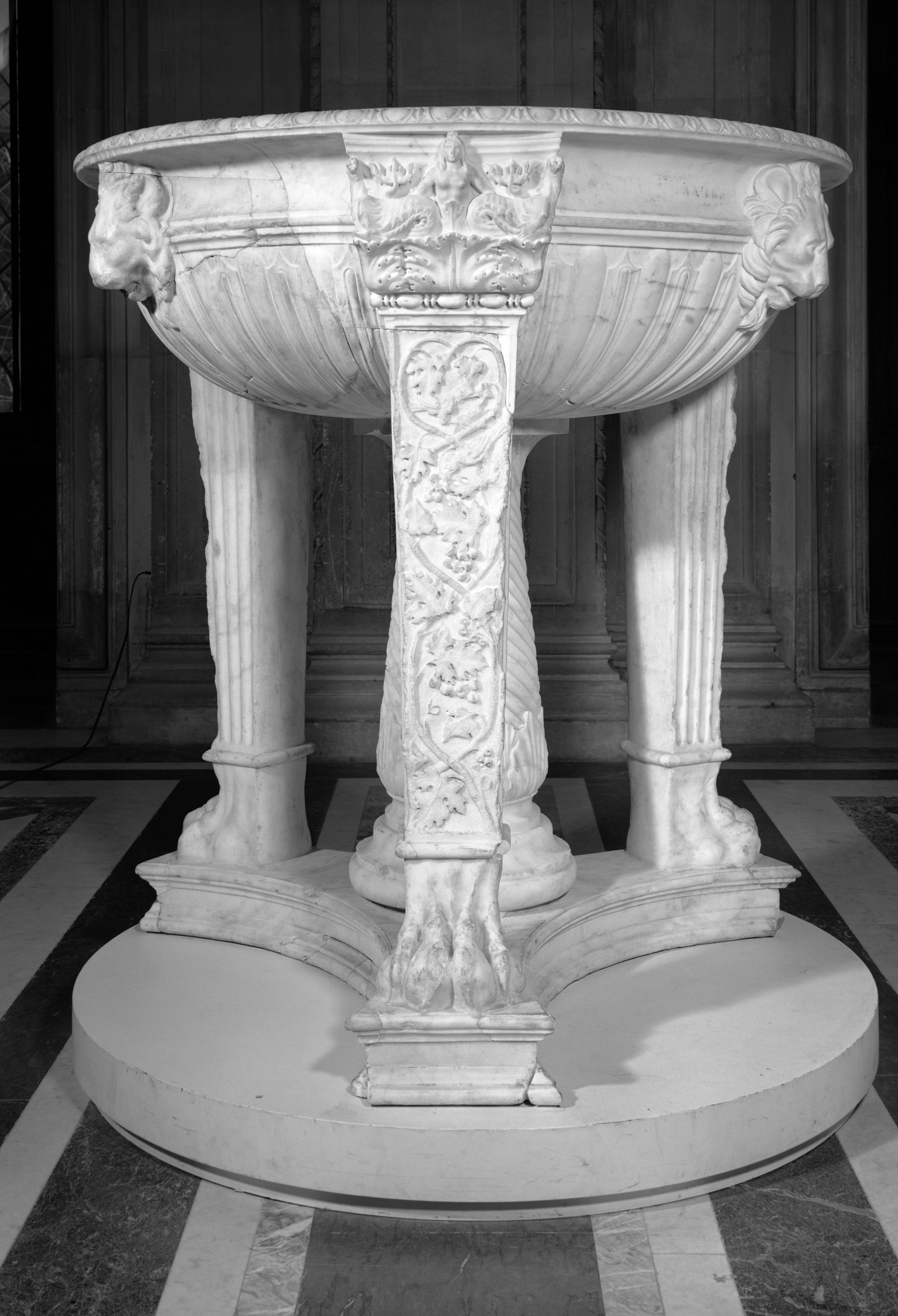 Tripode in marmo, età adrianea, Paris, Musée du Louvre, inv. MA 990 Foto © Musée du Louvre, Dist. RMN-Grand Palais / image Musée du Louvre