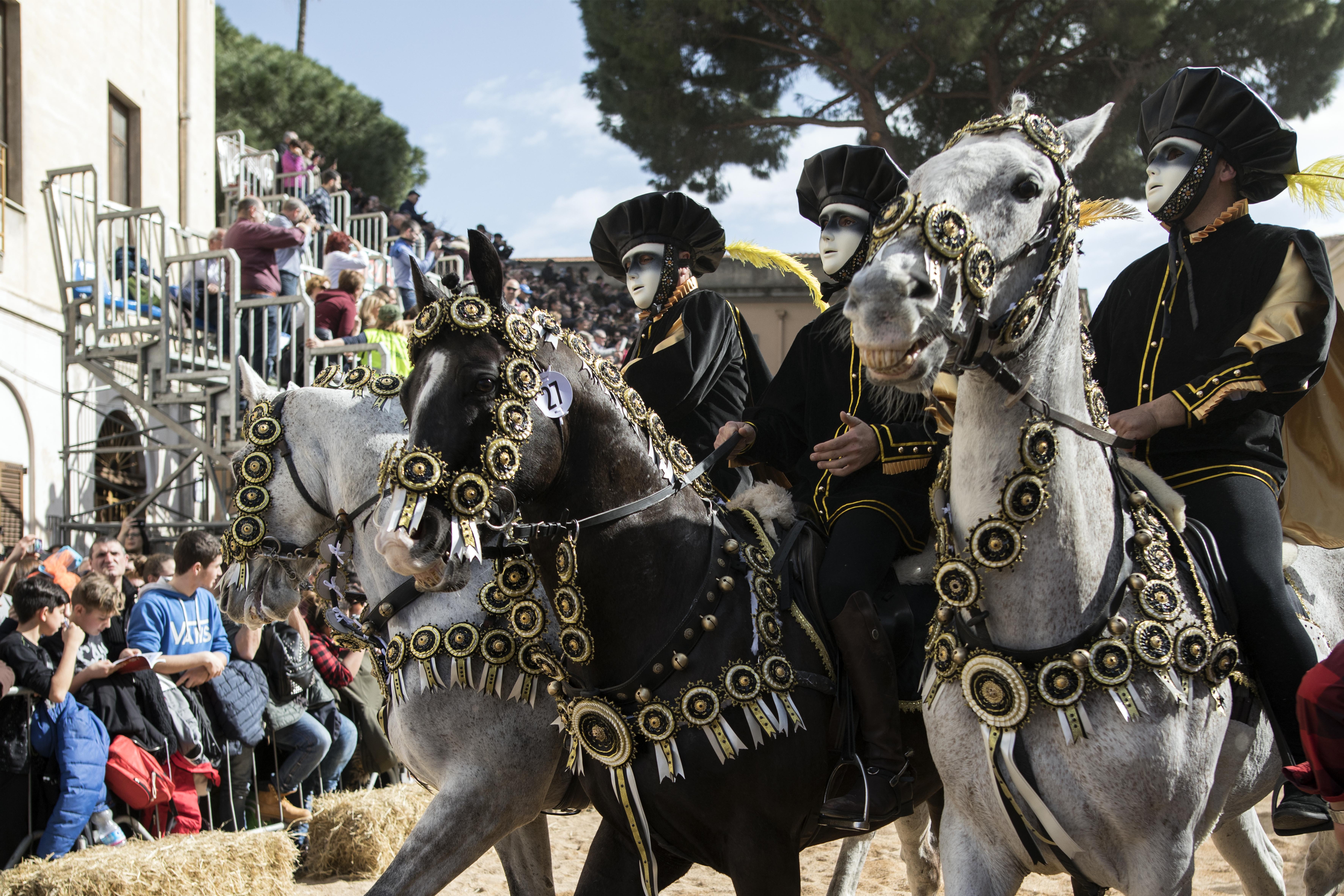 Corteo di cavalieri - Sa Sartiglia (da www.sartiglia.info)