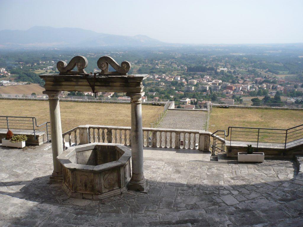 """Il pozzo di palazzo Barberini al centro della ricostruita cavea teatrale e vista dalla sommità del santuario. Si intravede la sottostante """"terrazza della cortina""""."""