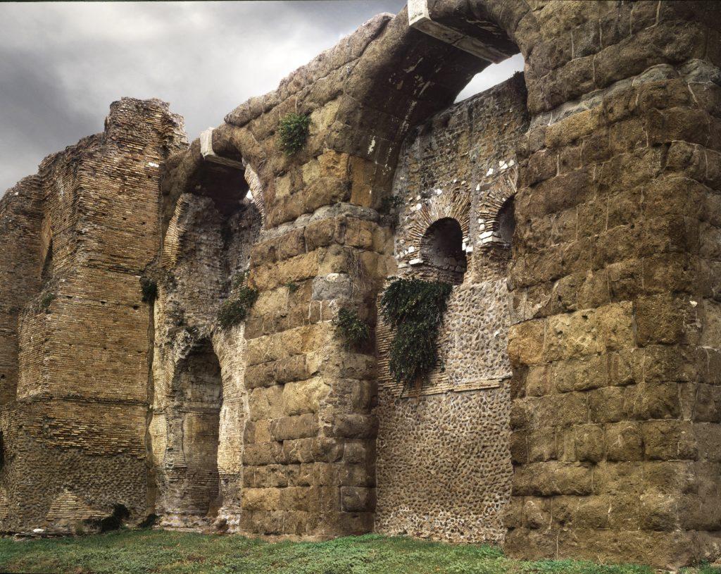 Le Mura e l'acquedotto lungo la via Casilina Vecchia - Walls. Le mura di Roma. Fotografie di Andrea Jemolo
