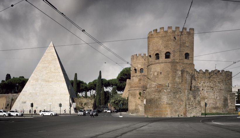 La Porta San Paolo con la Piramide di Caio Cestio - Walls. Le Mura di Roma. Fotografie di Andrea Jemolo