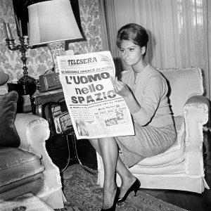 Sophia Loren legge di Gagarin, 1961 - Foto Archivio storico Luce (Il sorpasso. Quando l'Italia si mise a correre, 1946 - 1961)